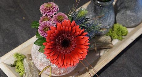 Auch kleine florale Accessoires schaffen Atmosphäre